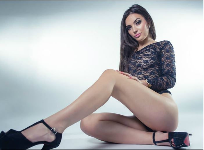 AlessiaBailey naked masturbating live for you