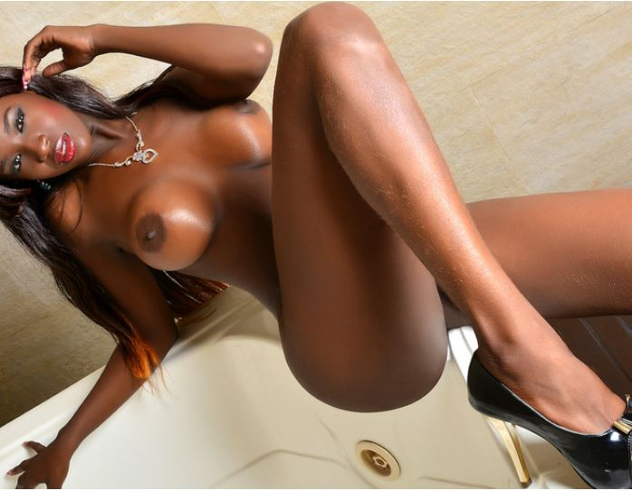 LorraineEvans naked live on cam